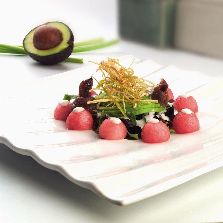ensalada aguacate, sandía, anchoas y yogur